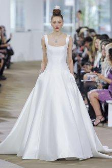 Атласное свадебное платье на бретелях