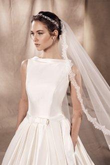 Атласное свадебное платье с фатой