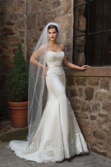 Атласное свадебное платье с испанским кружевом