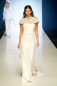 Атласное свадебное платье с накидкой