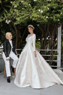 Атласное свадебное платье с объемным декором