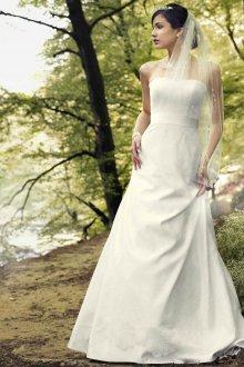 Атласное свадебное платье с отделкой