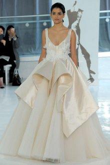 Атласное свадебное платье цвета слоновой кости