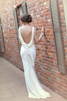 Атласное свадебное платье с открытой спиной