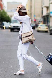 Белые кеды с цветной подошвой