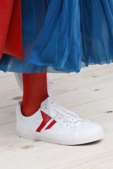 Белые кеды с красным