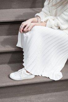 Белые кеды с длинной юбкой