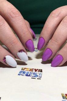Фиолетовый маникюр с белым цветом