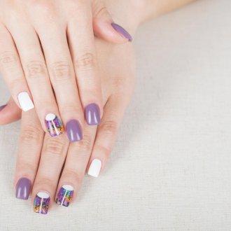 Фиолетовый маникюр с белым цветом лунный