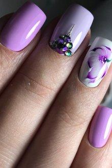 Фиолетовый маникюр цветочный