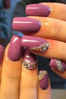 Фиолетовый маникюр с декором