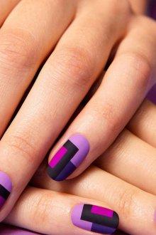 Фиолетовый маникюр с геометрическим рисунком