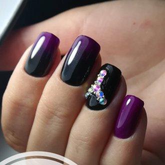 Фиолетовый маникюр с камнями