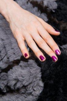 Фиолетовый маникюр на короткие ногти перламутровый