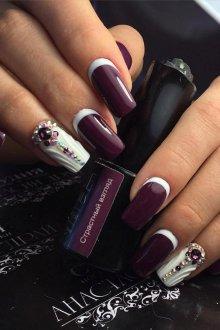 Фиолетовый маникюр лунный с камнями