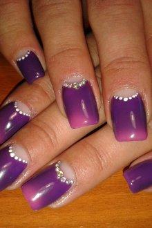 Фиолетовый маникюр лунный точечный