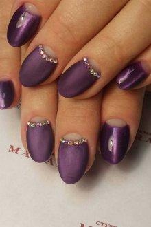 Фиолетовый маникюр лунный со стразами