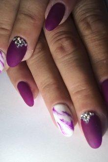 Фиолетовый маникюр мраморный матовый