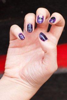 Фиолетовый маникюр с негативным пространством