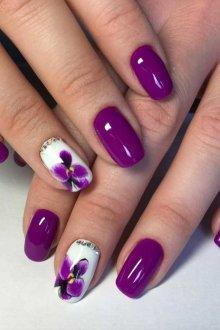 Фиолетовый маникюр с орхидеями