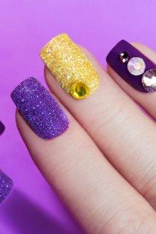 Фиолетовый маникюр песочный