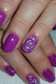 Фиолетовый маникюр с розой