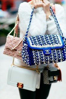 Вязаная сумка сине-белая