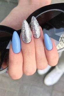 Миндалевидный маникюр голубой с фольгой