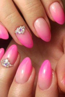 Миндалевидный маникюр розовый с градиентом