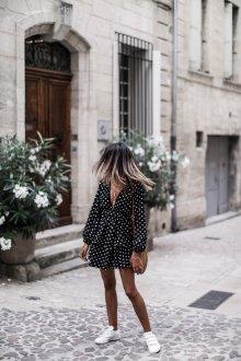 Платье в горошек с декольте