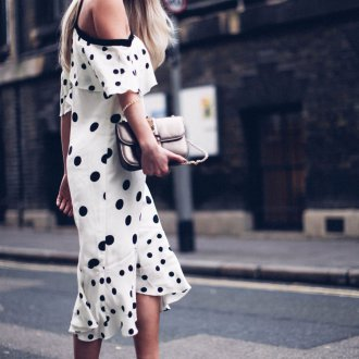 Платье в горошек с клатчем