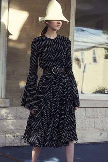 Платье в горошек с рукавами клеш