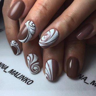 Коричневый маникюр с белым цветом