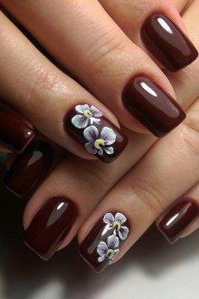 Коричневый маникюр с цветами