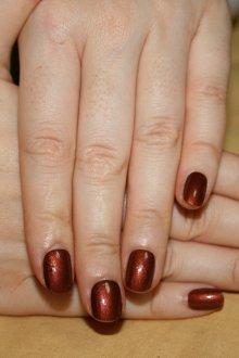 Коричневый маникюр перламутровый на короткие ногти