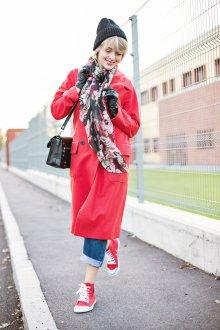 Красные кеды с пальто