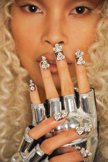 Маникюр на длинные ногти с бусинами