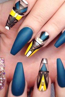 Маникюр на длинные ногти геометрический с рисунком