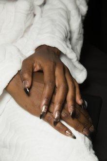 Маникюр на длинные ногти коричневый с блестками