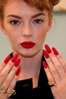 Маникюр на длинные ногти красный матовый
