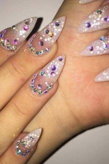 Маникюр на длинные ногти острые с камнями