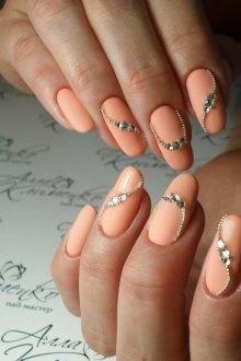Маникюр на длинные ногти персиковые с декором