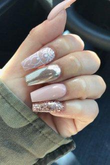 Маникюр на длинные ногти с золотыми блестками