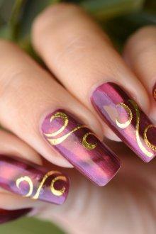 Маникюр на длинные ногти с золотым узором