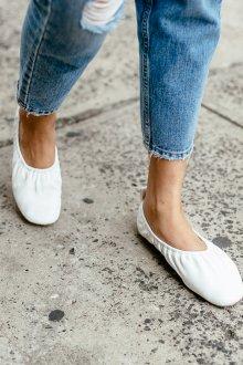 Кожаные балетки белые на резинке