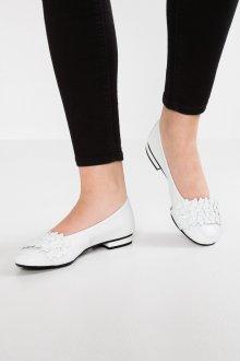 Кожаные балетки белые