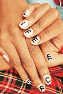 Овальный маникюр с буквами