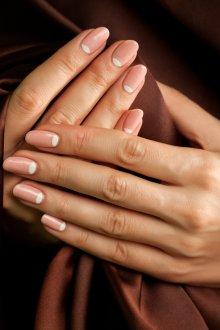 Овальный маникюр лунный на средние ногти