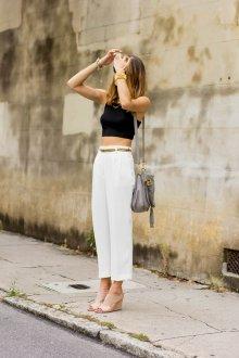 Белые женские брюки с аксессуарами