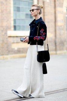 Белые женские брюки с курткой